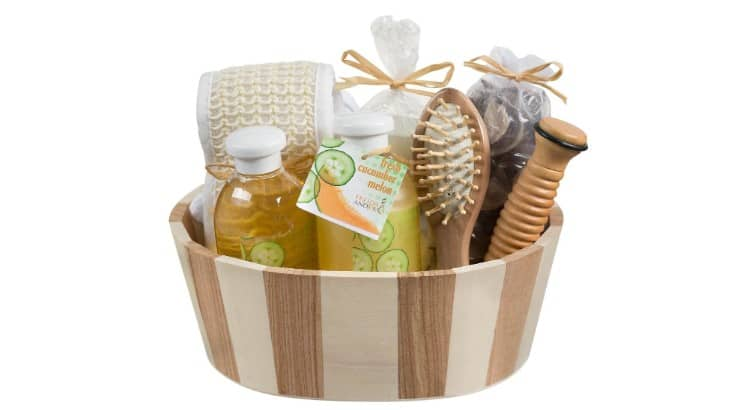 The Freida & Joe Cucumber Two Tone Wood Spa Basket includes all your bath essentials including a candle and fragranced potpourri.